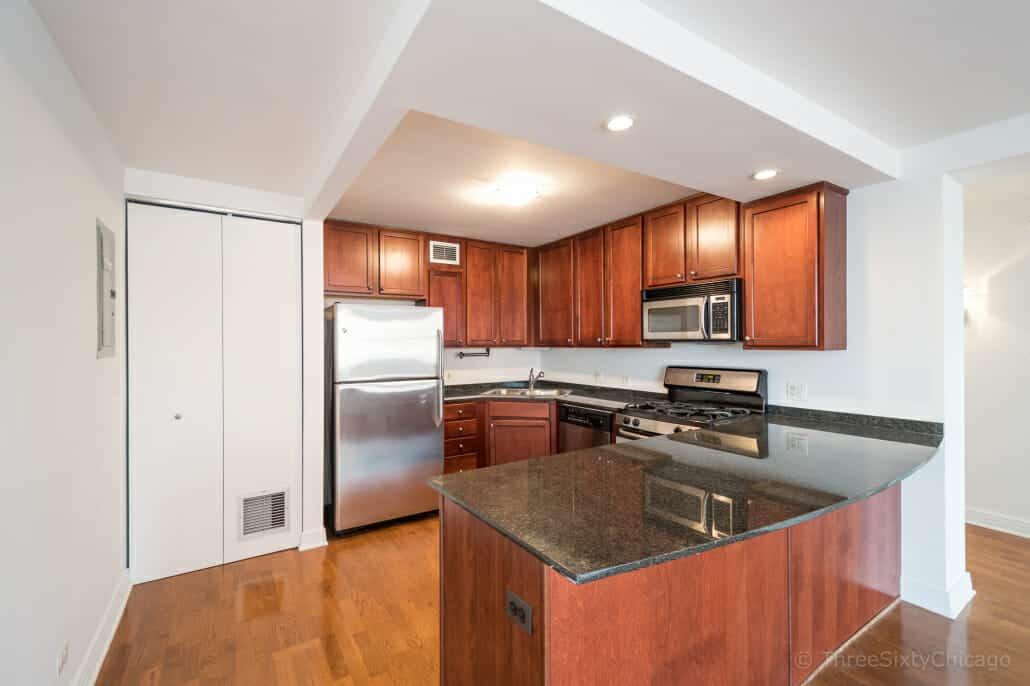 Sunny Lincoln Park Condo - Kitchen