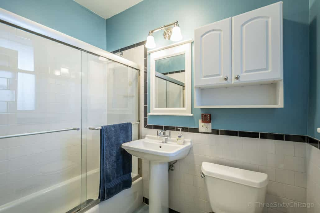 Vintage Bathroom with blue walls - Chicago Lincoln Square vintage condo bathroom