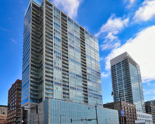 Photo of the exterior of Vetro condos Chicago at 611 S Wells, Chicago IL