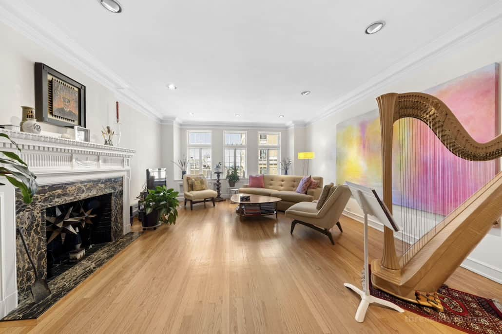 Living room - fireplace - bay window - 415 W Aldine Ave, 13B, Chicago IL 60657 - Classic East Lakeview Condo